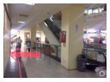 Posisi pas di depan escalator