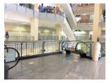 Ada 2 escalator di depan kiosnya